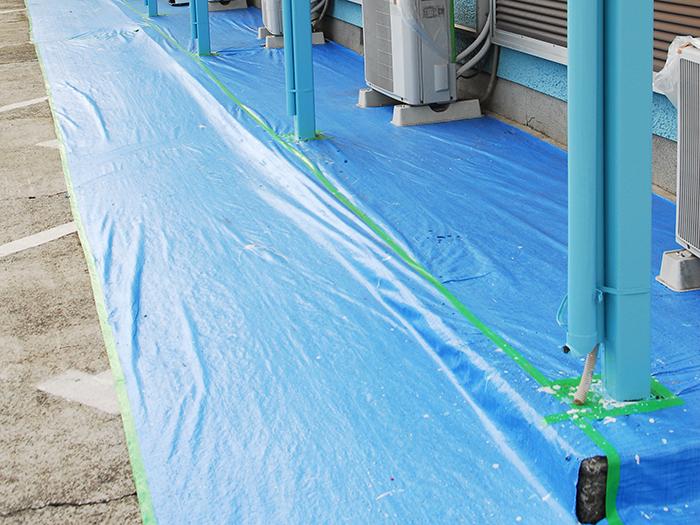 窓や床など、塗装しない部分を専用ビニールで覆い隠します